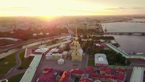 Εναέρια άποψη Petropavlovskaya krepost της Άγιος-Πετρούπολης Φλόγα φωτός του ήλιου απόθεμα βίντεο