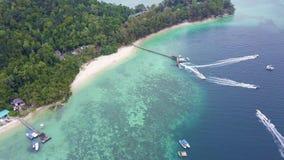 Εναέρια ακτή άποψης με τη βάρκα στο λιμενοβραχίονα στο νησί Manukan φιλμ μικρού μήκους