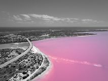 Εναέρια εικόνα σε γραπτό της ρόδινης λίμνης και Gregory στη δυτική Αυστραλία με Ινδικό Ωκεανό στο υπόβαθρο στοκ φωτογραφία