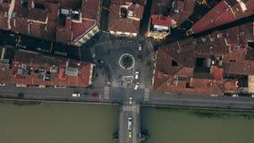 Εναέρια κορυφή κάτω από την άποψη των στενών οδών, των κεραμωμένων στεγών και του ποταμού Arno στη Φλωρεντία, Ιταλία στοκ εικόνα με δικαίωμα ελεύθερης χρήσης