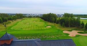 Εναέρια όμορφη άποψη του θερέτρου 4K γκολφ κλαμπ απόθεμα βίντεο
