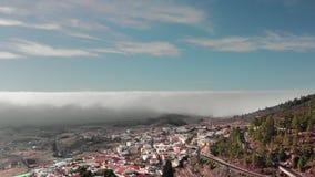 Εναέρια όμορφη πτήση Hyperlapse Α επάνω από τα σύννεφα πέρα από μια μικρή πόλη με τους Λευκούς Οίκους και τις κόκκινες στέγες Στο απόθεμα βίντεο