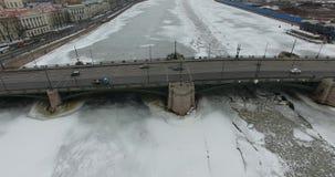 εναέρια όψη Πέταγμα κατά μήκος του ποταμού Neva στο χειμερινό συννεφιάζω κρύο καιρό Γέφυρα πέρα από τον ποταμό Πετρούπολη Το ύψος στοκ εικόνες με δικαίωμα ελεύθερης χρήσης