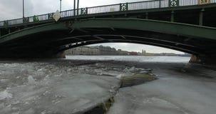 εναέρια όψη Πέταγμα κατά μήκος του ποταμού Neva στο χειμερινό συννεφιάζω κρύο καιρό Γέφυρα πέρα από τον ποταμό Πετρούπολη Το ύψος στοκ φωτογραφίες