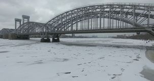 εναέρια όψη Πέταγμα κατά μήκος του ποταμού Neva στο χειμερινό συννεφιάζω κρύο καιρό Γέφυρα πέρα από τον ποταμό Πετρούπολη Το ύψος στοκ φωτογραφία με δικαίωμα ελεύθερης χρήσης
