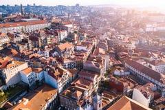 Εναέρια πανοραμική άποψη των σπιτιών στεγών στο κέντρο του Πόρτο, Πορτογαλία Ταξίδι στοκ εικόνες