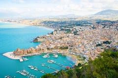 Εναέρια πανοραμική άποψη Castellammare del Golfo της πόλης, Trapani, Σικελία, Ιταλία στοκ εικόνα με δικαίωμα ελεύθερης χρήσης