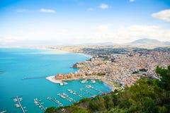 Εναέρια πανοραμική άποψη Castellammare del Golfo της πόλης, Trapani, Σικελία, Ιταλία στοκ φωτογραφία