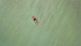 Εναέριοι ψαράδες άποψης που επιπλέουν στο αλιευτικό σκάφος στο θαλάσσιο νερό Ψαράδες μήκους σε πόδηα κηφήνων που κωπηλατούν τα κο απόθεμα βίντεο