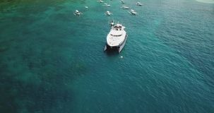 Εναέριος πανοραμικός πυροβολισμός του ωκεάνιου φυσικού λιμανιού με μερικές δεμένες μικρές βάρκες και μια μεγάλη fasionable τέχνη  απόθεμα βίντεο