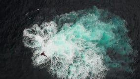 Εναέριος πυροβολισμός Ηφαιστειακός σκόπελος πετρών στα νερά του ωκεανού Τα κύματα κτυπούν σε τον που διαμορφώνει έναν άσπρο αφρό  απόθεμα βίντεο