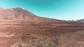 Εναέριος πυροβολισμός κηφήνων Κανάρια νησιά, ηφαίστειο Teide Εθνικό πάρκο Πέτρες και βουνό ενάντια στο μπλε ουρανό _ φιλμ μικρού μήκους