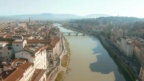 Εναέριος πυροβολισμός του ποταμού Arno και της εικονικής παράστασης πόλης της Φλωρεντίας, Ιταλία στοκ φωτογραφίες με δικαίωμα ελεύθερης χρήσης