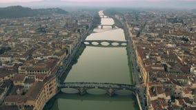 Εναέριος πυροβολισμός των γεφυρών και ο ποταμός Arno στη Φλωρεντία το βράδυ, Ιταλία στοκ φωτογραφία με δικαίωμα ελεύθερης χρήσης