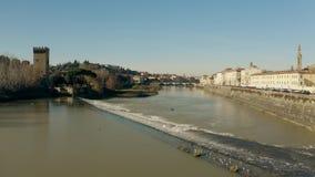 Εναέριος πυροβολισμός χαμηλού υψομέτρου του ποταμού Arno στη Φλωρεντία Ιταλία στοκ φωτογραφίες με δικαίωμα ελεύθερης χρήσης