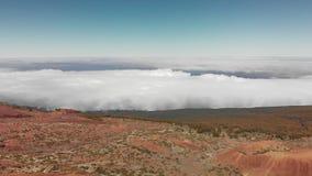 Εναέριος πυροβολισμός Πετώντας επάνω από τα σύννεφα, πράσινα κωνοφόρα δασικά κόκκινα ηφαιστειακά Κανάρια νησιά, ηφαίστειο Teide Ε φιλμ μικρού μήκους