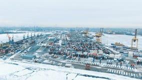 Εναέριο άποψης λιμένων σκάφος εμπορευματοκιβωτίων εμπορευματοκιβωτίων τελικό στην εισαγωγή-εξαγωγή και επιχείρηση λογιστική στο λ απόθεμα βίντεο