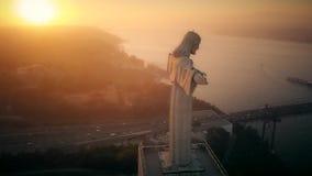 Εναέριο μήκος σε πόδηα του αδύτου Χριστού ο βασιλιάς στη Λισσαβώνα, καθολικό μνημείο απόθεμα βίντεο