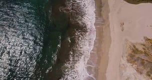 Εναέριο τοπ ζουμ άποψης που πυροβολείται έξω των όμορφων αφρίζοντας ωκεάνιων κυμάτων που φθάνουν στην ηλιόλουστη εξωτική αμμώδη π απόθεμα βίντεο