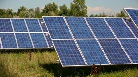 Ενεργειακό αγρόκτημα ηλιακού πλαισίου μια ηλιόλουστη ημέρα φιλμ μικρού μήκους