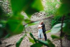 Ενεργό αγαπώντας ανώτερο ζεύγος που περπατά στο όμορφο θερινό δάσος - ενεργός έννοια αποχώρησης στοκ εικόνες με δικαίωμα ελεύθερης χρήσης