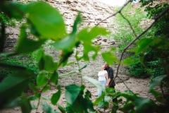 Ενεργό αγαπώντας ανώτερο ζεύγος που περπατά στο όμορφο θερινό δάσος - ενεργός έννοια αποχώρησης στοκ εικόνα με δικαίωμα ελεύθερης χρήσης