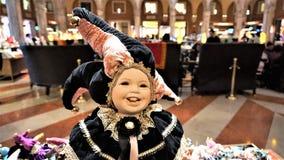 Ενετική κούκλα μεταμφιέσεων παράδοσης, σε ένα θολωμένο υπόβαθρο στοκ εικόνα με δικαίωμα ελεύθερης χρήσης