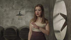 Ενοχλημένη όμορφη γυναίκα που παρουσιάζει χειρονομία στάσεων απόθεμα βίντεο