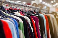 Ενδύματα στις κρεμάστρες στο κατάστημα στοκ φωτογραφίες με δικαίωμα ελεύθερης χρήσης