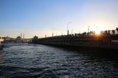 εξαγωνικές θάλασσες κιγκλιδωμάτων προτύπων της Κωνσταντινούπολης galata ακτών γεφυρών squarish προς την όψη στοκ εικόνες