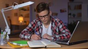 Εξαντλημένος νυσταλέος σπουδαστής που προετοιμάζεται για τις διαλέξεις που υφίστανται την έλλειψη ενεργειακού κολλεγίου απόθεμα βίντεο