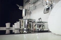 Εξαρτήματα κουζινών, πιάτα εσωτερική κουζίνα σύγχρ&omi στοκ εικόνα με δικαίωμα ελεύθερης χρήσης