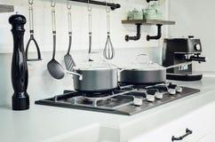Εξαρτήματα κουζινών, πιάτα εσωτερική κουζίνα σύγχρ&omi στοκ φωτογραφία