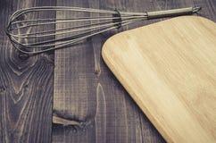 Εξαρτήματα Nimbus κουζινών και πίνακας/εξαρτήματα Nimbus κουζινών και πίνακας σε ένα σκοτεινό ξύλινο υπόβαθρο Τοπ όψη Με το διάστ στοκ εικόνες
