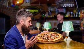 Εξαπατήστε την έννοια γεύματος Το Hipster πεινασμένο τρώει την ιταλική πίτσα Αγαπημένα τρόφιμα εστιατορίων πιτσών Φρέσκια καυτή π στοκ φωτογραφία με δικαίωμα ελεύθερης χρήσης