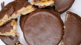 Εξωτερικά μπισκότα σοκολάτας κάποια σπασμένη περιστροφή τμημάτων απόθεμα βίντεο