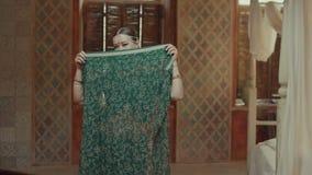 Εξωτική γυναίκα στην ινδική Sari που καλύπτοντας το πρόσωπο απόθεμα βίντεο
