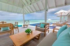 Εξωτικός παράδεισος Ταξίδι, τουρισμός και έννοια διακοπών Τροπική μπλε θάλασσα θερέτρου και απείρου, Μαλδίβες στοκ εικόνα