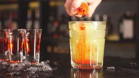 Εξωτικό κοκτέιλ φρούτων στο γυαλί που απομονώνεται στο θολωμένο υπόβαθρο εστιατορίων απόθεμα βίντεο