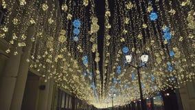 Εορταστικοί φωτεινοί σηματοδότες φωτισμών Νύχτα, κανένας άνθρωπος, όμορφα παλαιά σπίτια απόθεμα βίντεο