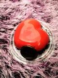 Εδώδιμο κέικ καρδιών για τον αγαπημένο στοκ φωτογραφία