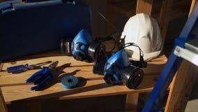 Εργαλεία εργασίας - εργαλειοθήκη με τα όργανα, το κράνος, την προστατευτική μάσκα, τις πένσες, την ταινία και το κατσαβίδι απόθεμα βίντεο