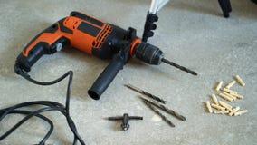 Εργαλεία εργασίας - ηλεκτρικό τρυπάνι, επίπεδο λέιζερ, κιβώτιο με τα όργανα και τα γάντια φιλμ μικρού μήκους