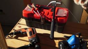 Εργαλεία εργασίας - ηλεκτρικό τρυπάνι, σφυρί, προστατευτική μάσκα, κιβώτιο με τα όργανα και κατσαβίδι απόθεμα βίντεο