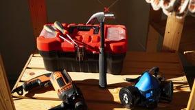 Εργαλεία εργασίας - ηλεκτρικό τρυπάνι, σφυρί, προστατευτική μάσκα, κιβώτιο με τα όργανα και κατσαβίδι φιλμ μικρού μήκους