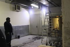 Εργασία βιομηχανικού καθαρού των λυμάτων, υδραυλικά στο κτήριο Δύο άτομα, ειδικό όχημα, stepladder σκάλα στοκ εικόνα με δικαίωμα ελεύθερης χρήσης