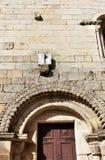 Εργασία ηλιακών ρολογιών Μεσαιωνική romanesque εκκλησία SAN Pedro, τοίχος πετρών και σχηματισμένη αψίδα πόρτα Allariz, Orense, Ισ στοκ φωτογραφία