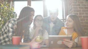 Εργασία στούντιο προγράμματος σπουδαστών ομάδας απόθεμα βίντεο
