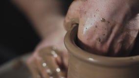 Εργασίες ατόμων με τη ρόδα του αγγειοπλάστη και τον άργιλο Κεραμική των εμπορευμάτων χειροτεχνιών και αργίλου απόθεμα βίντεο