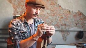 Εργατικός ράφτης που ράβει ένα πορτοφόλι για τους πελάτες φιλμ μικρού μήκους